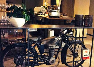 Möbeltante - Motorrad - Tisch - Zweitraum
